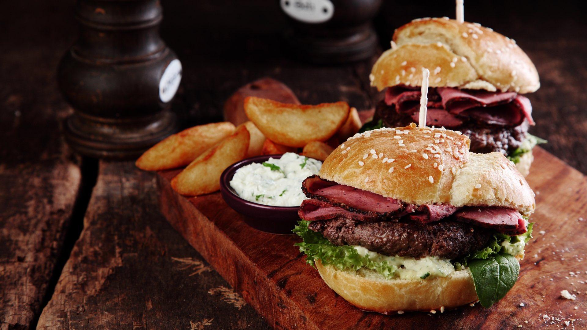 Leckerer Burger  | ©stockcreations/Shutterstock.com