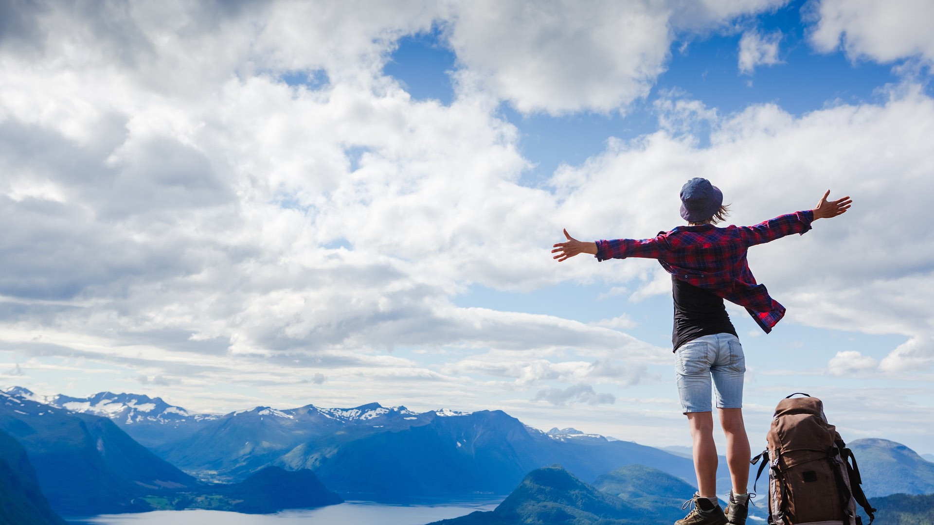 Glückliche Bergsteigerin | ©Olga Danylenko/Shutterstock.com